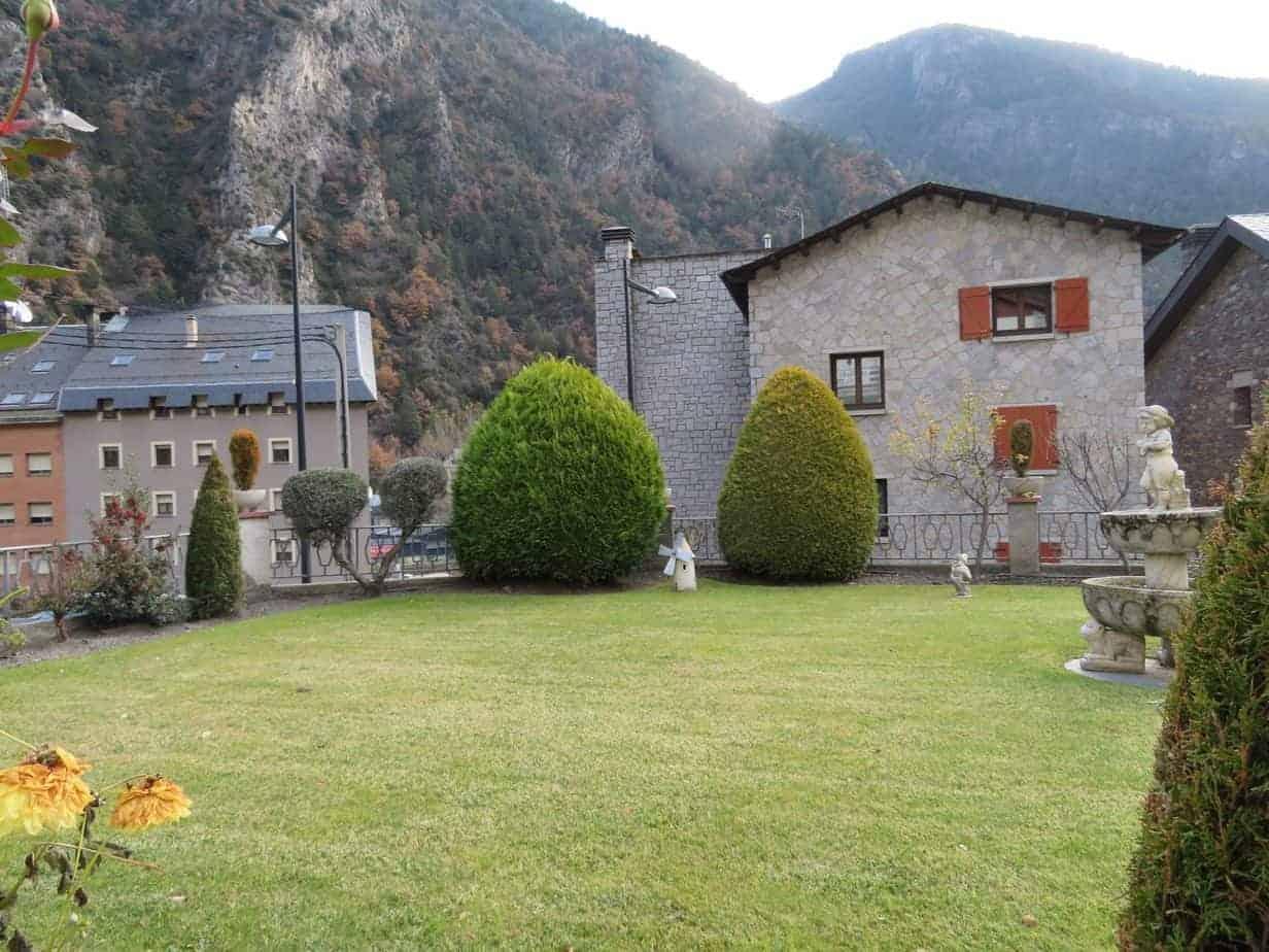 Fabuloso chalet con gran jardín en una tranquila y soleada urbanización de Andorra.