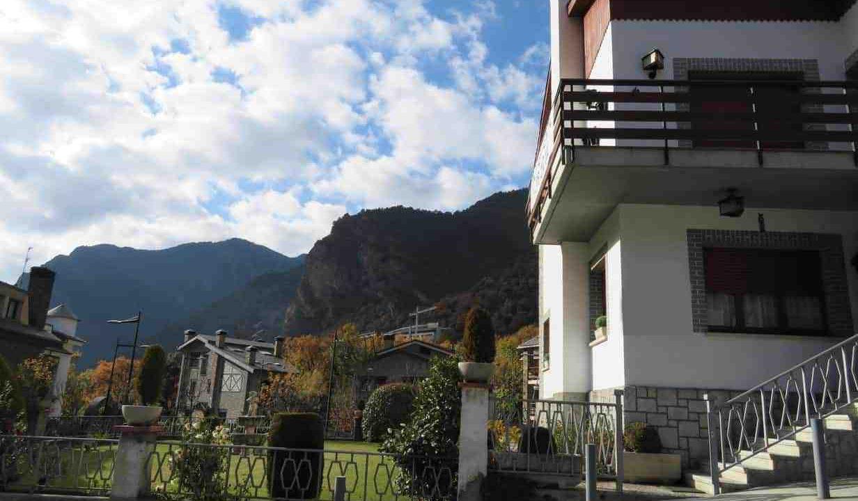 Comprar chalet con gran jardín en una tranquila y soleada urbanización de Andorra. Inversiones inmobiliarias Versus Andorra